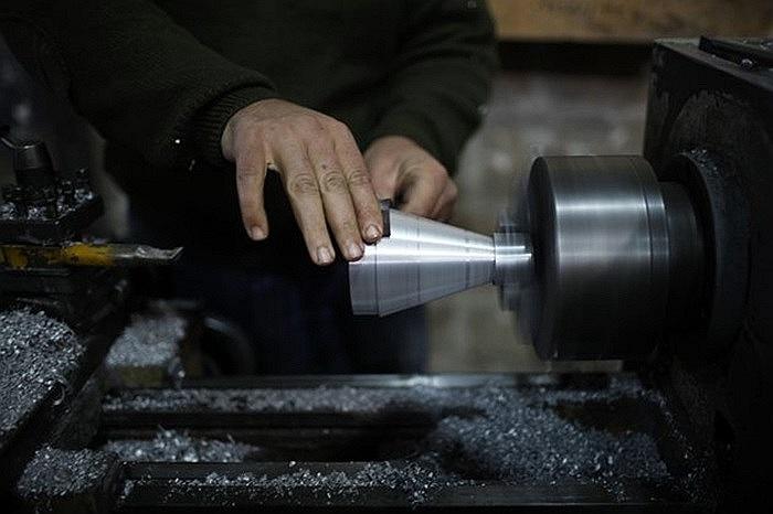 Binh sĩ Phe nổi dậy Syria chế tạo tên lửa ở nhà máy phía bắc Aleppo ngày 29/12/2012