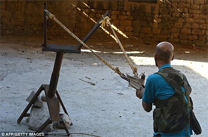 Binh sỹ nổi dậy sử dụng súng cao su tự chế tấn công quân đội chính phủ Assad