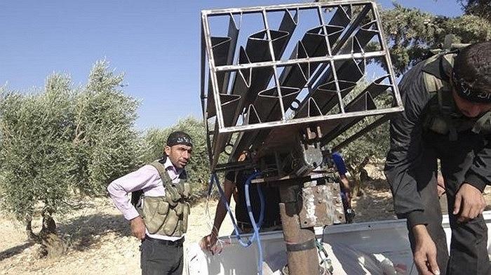 Binh sĩ phe nổi dậy Syria đứng gần bệ phóng tên lửa tự chế ở Idlib ngày 17/10/2012