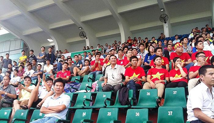 Trước đó hàng tiếng đồng hồ, có rất đông khán giả đã tới sân Thống Nhất chờ xem buổi tập của U19 Việt Nam.