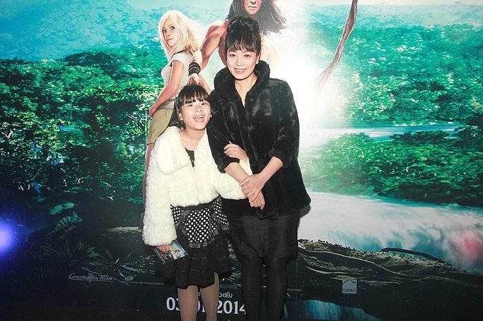 NSƯT Chiều Xuân trẻ trung đưa cô con gái đáng yêu Hồng Khanh tới dự buổi ra mắt phim Tarzan - Cậu bé rừng xanh.