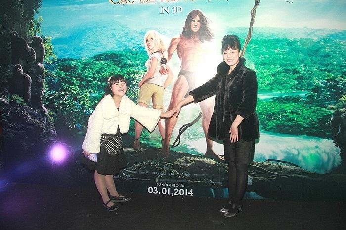 Buổi ra mắt phim còn có sự xuất hiện của mẹ con MC Thảo Vân, mẹ con diễn viên Kim Hiền, Cát Phượng, bộ ba mẹ con siêu mẫu Thúy Hằng.