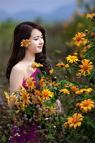 Nguyễn Hương Giang - MC của kênh truyền hình ANTV khoe sắc giữa đồng hoa dã quỳ ở vùng cao Mộc Châu lãng mạn.
