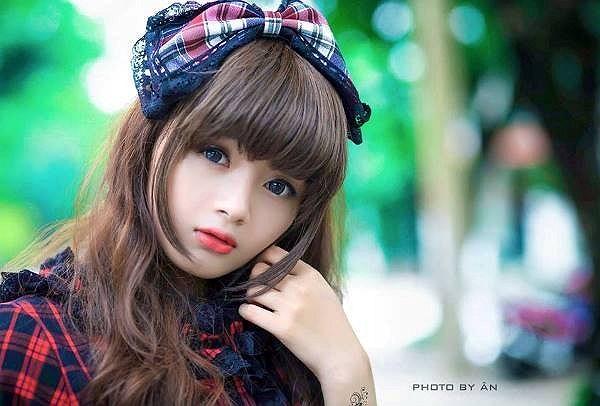 Trước sự tò mò của cư dân mạng, trang cá nhân và những hình ảnh của cô gái lạ đã được tìm thấy. Cô gái tên thật là Lê Lý Lan Hương, 19 tuổi hiện sống và học tập tại TP.HCM.