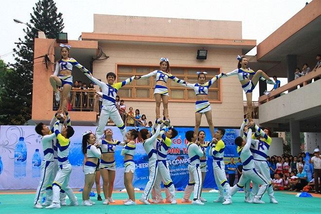 Sáng 5/1, tại Nhà Văn hóa Thanh Niên TP.HCM đã diễn ra giải Thể dục cổ động toàn thành (Cheerleading Competition). Trong ảnh là phần thi của đội trường đến từ ĐH KHXH & NV Hà Nội.