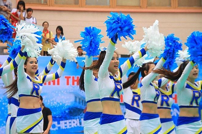 Phần nhảy cổ động của đội trường ĐH KHXH&NV Hà Nội diễn ra sôi nổi, đẹp mắt.