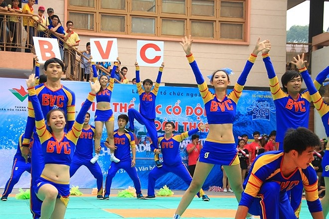 Phần nhảy sôi động của đội cao đẳng Bách Việt.