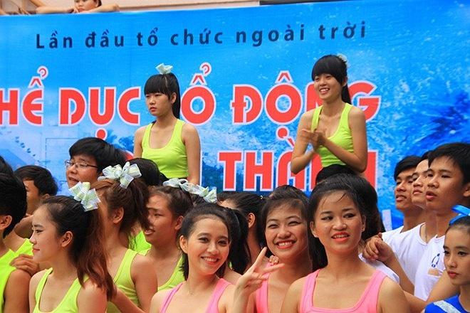 Các cô gái của đội khác ngồi lên vai đồng đội để xem đội bạn thi đấu.