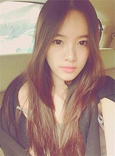 Cô gái này tên thật là Eye Kaewsomnuksakul hiện đang là học sinh tại một trường trung học tại Thái. Facebook của Eye có hơn 42 ngàn lượt theo dõi và Instagram có 30 ngàn lượt follow.