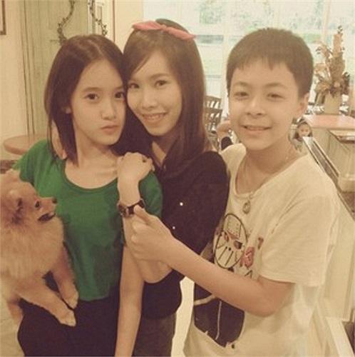 Chụp hình cùng mẹ và em trai. Mẹ của cô cũng rất trẻ và xinh đẹp