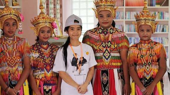 Tường Vy (giữa) chụp với các vũ công trong 1 chuyến thực địa tại Thái Lan (Ảnh: NVCC)