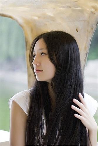 Cô gái trong ảnh chính là bạn gái của Lý Dương Dương, tên là Triệu Khiết Quỳnh, sinh năm 1990, tốt nghiệp Đại học Khoa học công nghệ Cáp Nhĩ Tân chuyên ngành khoa học kỹ thuật máy tính năm 2012.