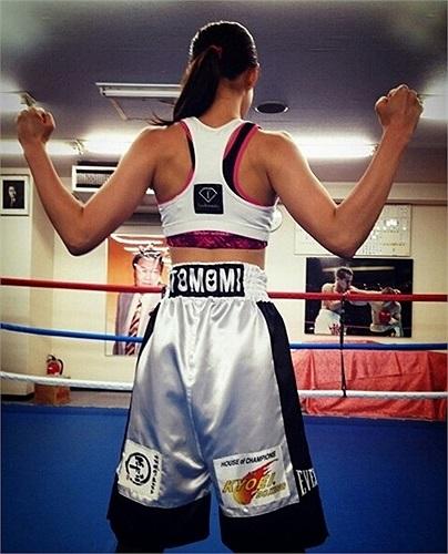 Chính bởi thân hình đẹp đẽ này mà nhiều người tin rằng Takano đã nhờ đến 'dao kéo' vì 1 nữ VĐV boxing rất khó để có những đường cong gợi cảm.