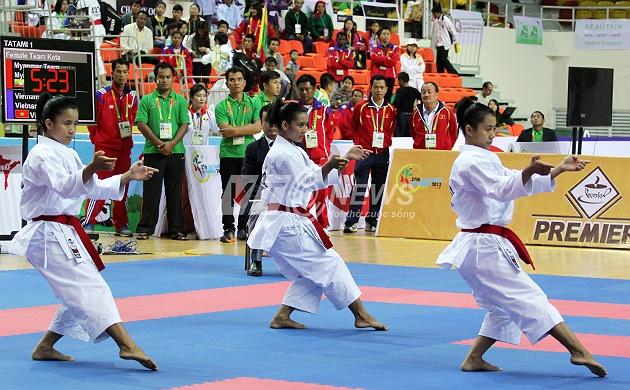 Đội Myanmar thi đấu trước.