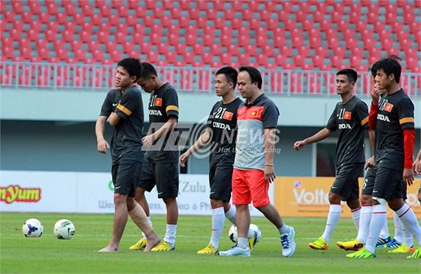 Thanh Hào thất vọng rời sân.
