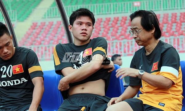 Phó chủ tịch VFF Nguyễn Lân Trung động viên Thanh Hào.