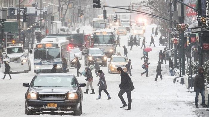 Người đi bộ trong tời tuyết rơi dày ở New York