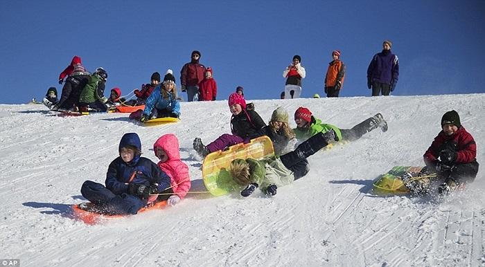 Trẻ em vui vẻ chơi đùa với tuyết ở Silver Spring, Maryland
