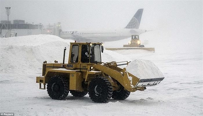 Xe dọn tuyết làm việc trong sân bay LaGuardia, New York