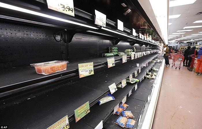 Thực phẩm dự trữ trong siêu thị bị vét sạch sẽ