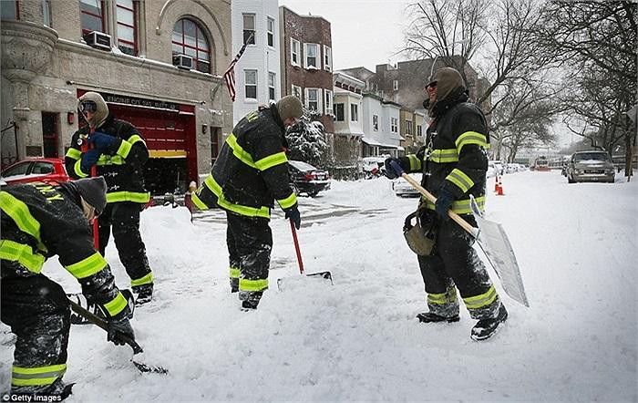 Lính cứu hỏa New York được huy động đi dọn tuyết