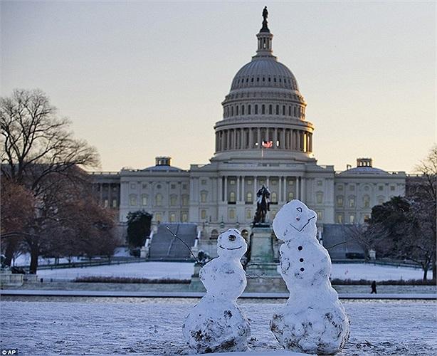 Những người tuyết được đắp bên ngoài tòa nhà Quốc hội ở Washington