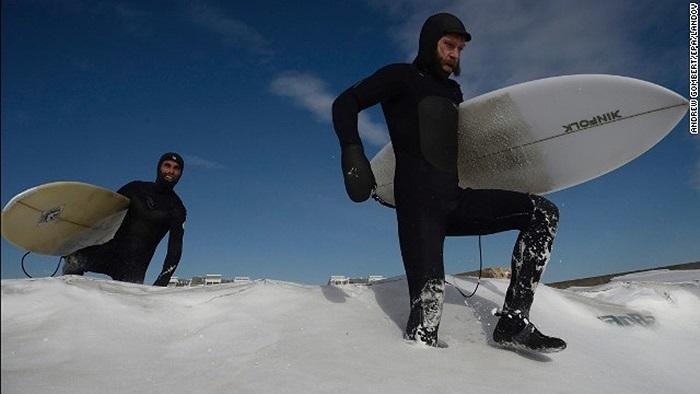 Những người mê lướt ván vẫn cố tìm cho mình đường ra biển