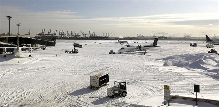 Hình ảnh tuyết rơi dày đặc ở Sân bay Quốc tế Newark Liberty