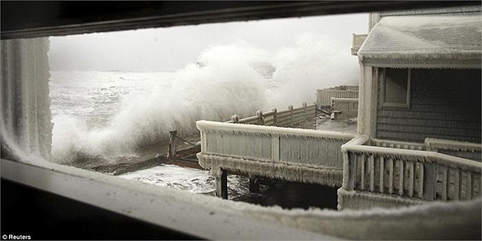 Sóng biển đánh cao cùng với băng tuyết đang tấn công Scituate, Massachusetts
