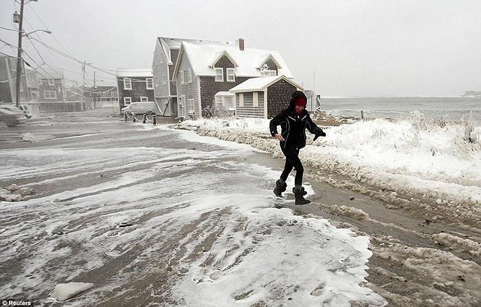 Cô gái di chuyển trên con đường sát mép biển ở Scituate, Massachusetts