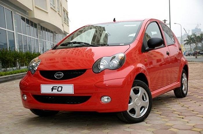 Chiếc BYD F0 lần đầu tiên xuất hiện tại Việt Nam có chiều dài hơn 3m. Không gian nội thất rộng rãi và chỉ tiêu tốn nhiên liệu khoảng 5 – 5,5 lít/100 km. Giá bán của dòng xe này dao động từ 200 đến gần 300 triệu tùy thuộc vào từng phiên bản khác nhau.