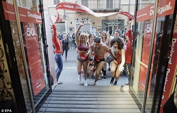 Nhiều người dân Italy diện bikini xếp hàng dài chờ săn đồ miễn phí hôm 4/1 theo giờ địa phương