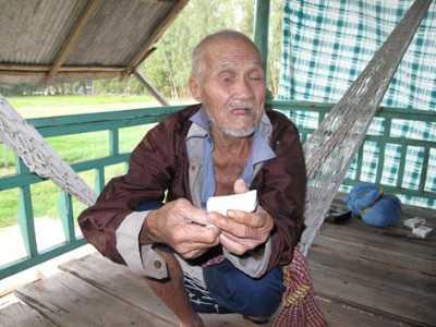 Ông Cưng trình giấy của công an huyện Tam Nông