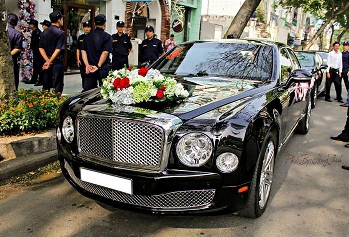 Xe hoa là mẫu sedan siêu sang Bentley Mulsanne.