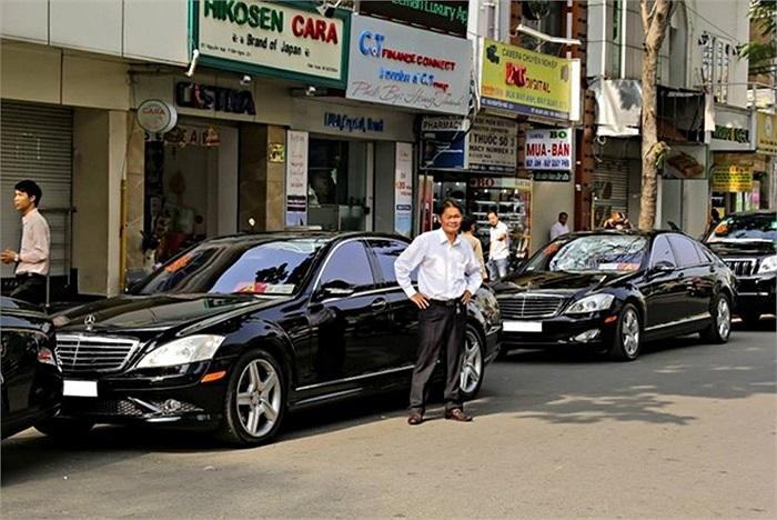 Trong đoàn rước dâu còn có nhiều mẫu xe sang khác như Mercedes-Benz S550 AMG.