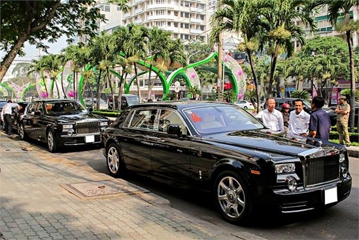 Đáng chú ý là bộ đôi Rolls-Royce Phantom rồng, có giá đến 35 tỷ đồng mỗi chiếc. Việt Nam có khoảng 5 chiếc Phantom rồng.