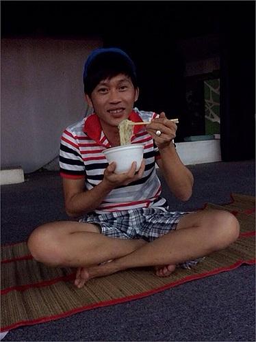Phì cười Hoài Linh mặc quần soóc ngồi ăn mì tôm.