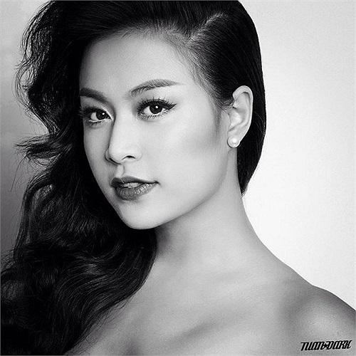 Hoàng Thùy Linh đằm thắm trong bức ảnh đen trắng.