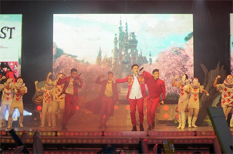 Với chủ đề 'Lạc vào xứ sở thần tiên', Liveshow của nhóm 365 được thiết kế với khung cảnh thần tiên kết hợp với màn hình Led và hiệu ứng ánh sáng 3D công phu tạo cho người xem một không gian đầy màu sắc.