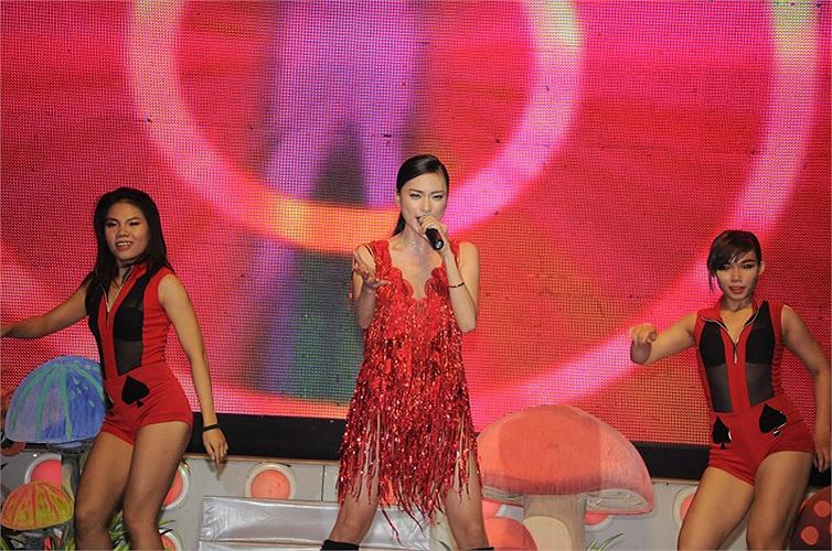 Ngay sau đó Ngô Thanh Vân đã xuất hiện trên sân khấu đầy máu lửa với ca khúc mới nhất  Under my spell cùng liên khúc Dĩ vãng nhạt nhòa của cô.