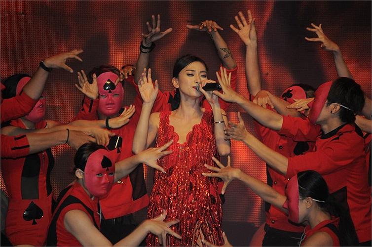 Từ khi lập nhóm, 365 đã gặt hái được nhiều thành công với sự dẫn dắt của 'bà bầu' Ngô Thanh Vân. Nhóm 365 vừa đoạt giải Làn sóng Xanh ở hạng mục Nhóm nhạc được yêu thích nhất.
