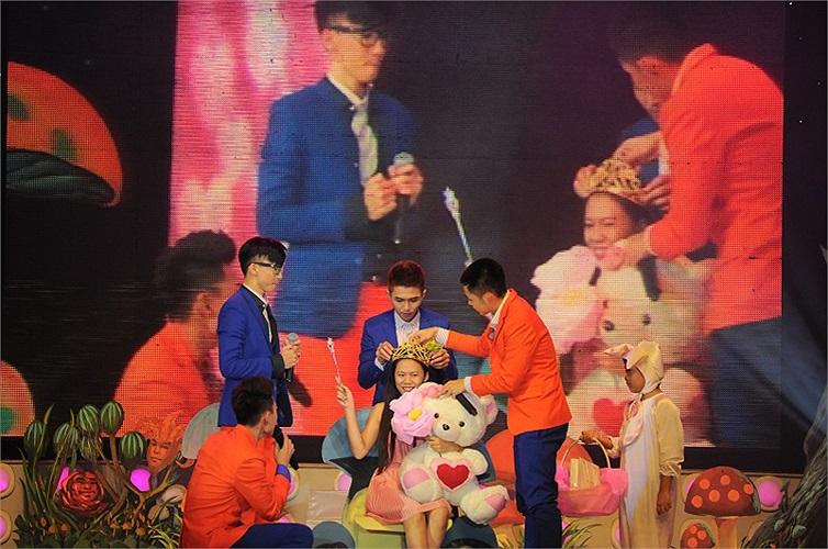 Trong liveshow, nhóm 365 bị làm khó trên sân khấu khi các trò chơi bắt các thành viên gởi nụ hôn cho fan.