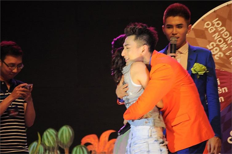 Một khán giả nữ ngại ngùng không dám hôn Isaac nên Isaac đáp lại lịch sự bằng cái ôm thân ái,