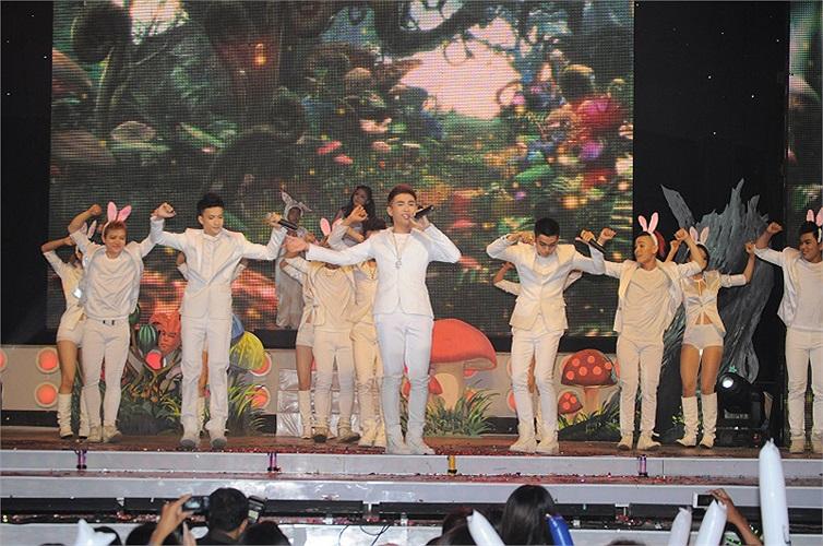 Ngoài những giây phút sôi động, nhóm đã làm cho khán giả cảm động bằng ca khúc Đôi cánh màu bạc và Clip tâm sự hành trình 3 năm của nhóm.