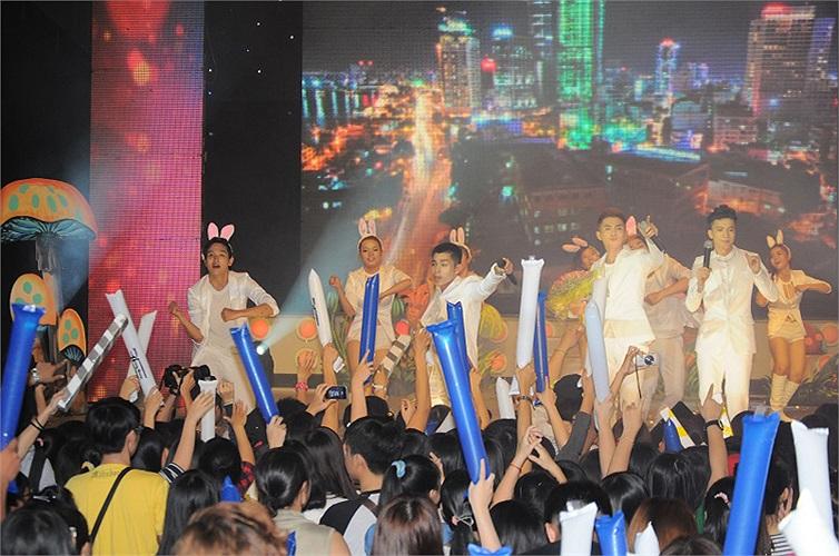 Với 23 ca khúc được hát sống (live) toàn bộ cùng vũ đạo đẹp mắt ở hầu hết các ca khúc , hơn 10 bộ trang phục được thay, âm thanh ánh sáng Led 3D, khung cảnh Thần tiên đã thực sự làm sân khấu thêm phần tưng bừng. Ảnh: Sony Hồ