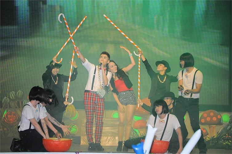 Live show đã thu hút gần nhiều khán giả hâm mộ đến tham dư chương trình.