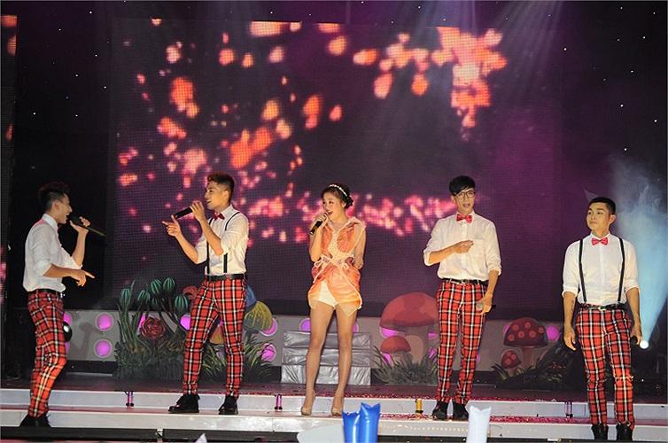 Nhóm 365 cũng đã có tiết mục cùng ca sỹ Văn Mai Hương cũng là người bạn thân của nhóm