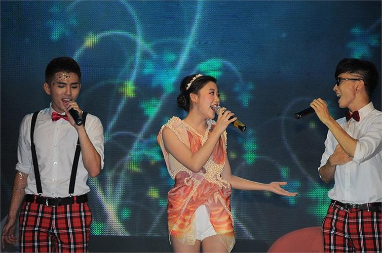Văn Mai Hương từng xuất hiện tại liveshow đầu tiên của nhóm vào năm 2011 khi cô vừa đoạt giải Á quân VietnamIdol.