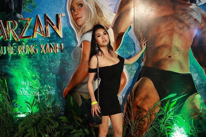 Xuất hiện trong buổi ra mắt phim Tarzan - Cậu bé rừng xanh, Phi Thanh Vân lại khoe cách tạo dáng uốn éo 'kinh điển'