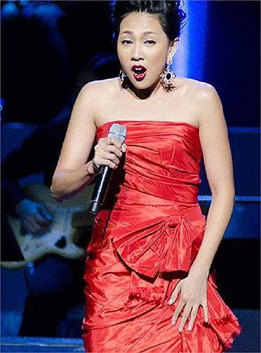 Khoe giọng hát trong trẻo và chan chứa tình cảm trong đêm nhạc 'Giai điệu tổ quốc', Nguyên Thảo lại khiến nhiều người thất vọng với gu ăn mặc kém tinh tế.
